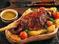 Рецепта Печена агнешка плешка с картофи и розмарин на фурна, шпикована с чесън и бекон